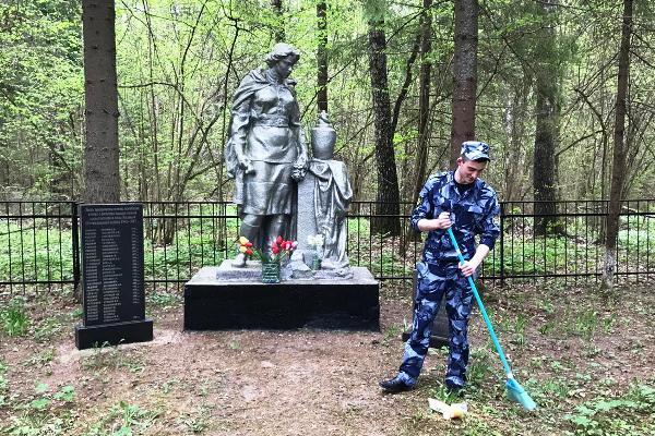 Сотрудники учреждений УИС Московской области провели работу по благоустройству памятников погибшим в годы Великой Отечественной войны
